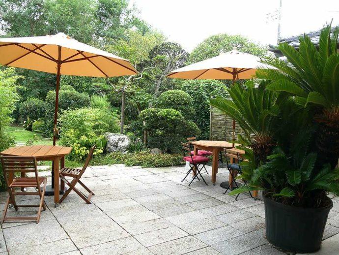 千葉県館山市にあるcafé123のお庭を眺める