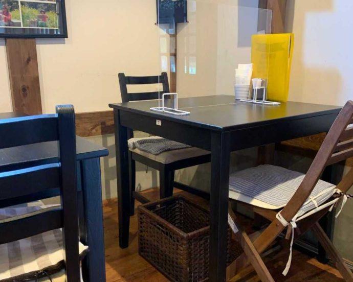 千葉県館山市にあるcafé123の店内のテーブル席