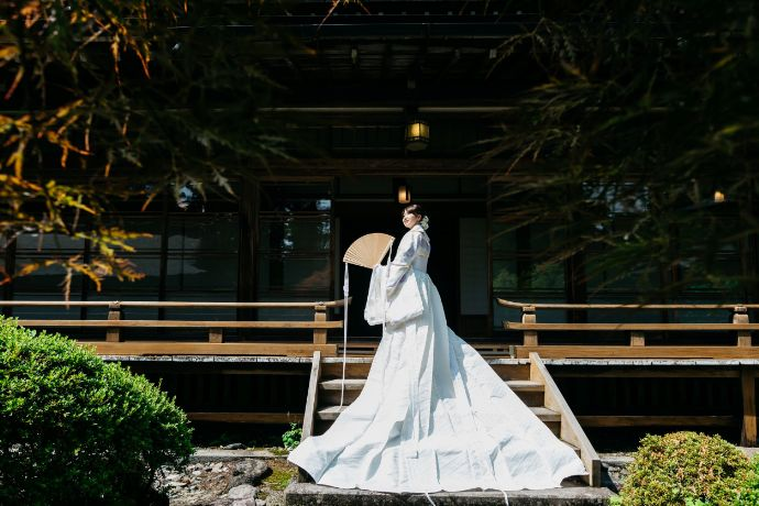 日光世界遺産ウエディングの日光二荒山神社で撮影する新婦