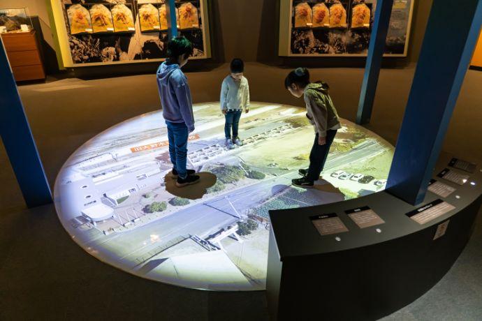 雲仙岳災害記念館がまだすドームにある雲仙岳スカイウォーク