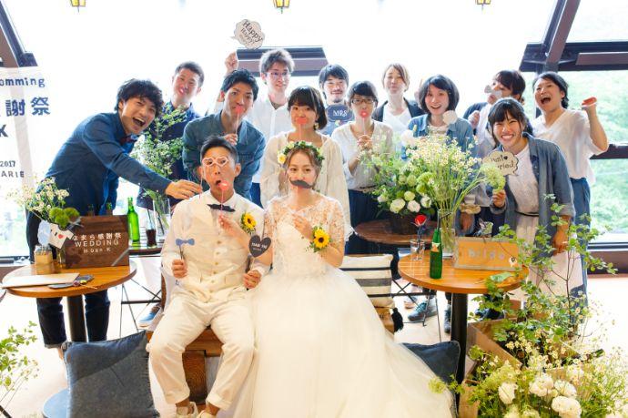 アースウエディングの結婚式で記念撮影をする新郎新婦とゲスト