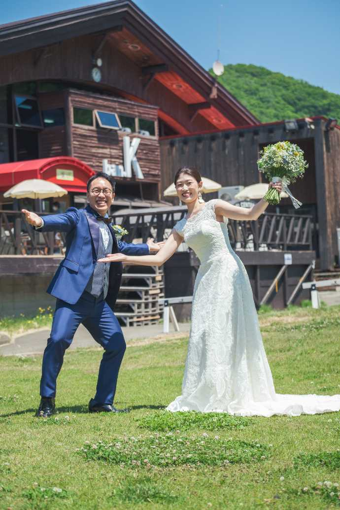 アースウエディングの記念撮影でポーズをとる新郎新婦