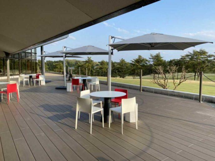 栃木県のゴルフ場「セブンハンドレッドクラブ」のテラス席