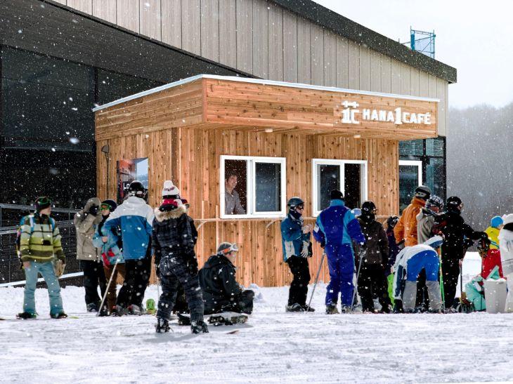 ニセコHANAZONOスキー場の第一リフト乗り場すぐにあるHANA1カフェ