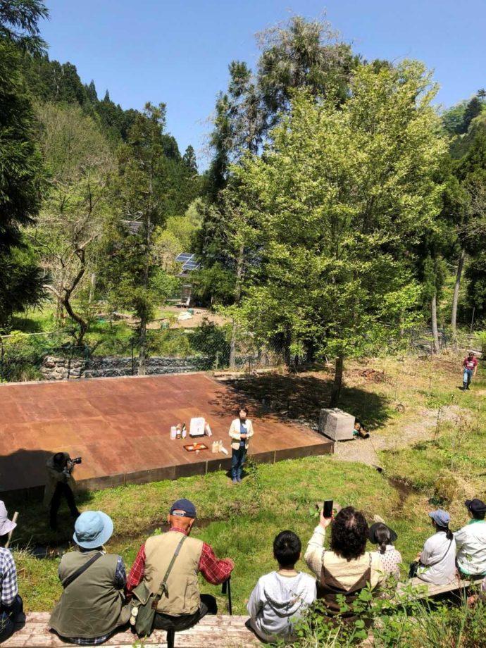 芦見谷芸術の森でイベントが開催される野外ステージ