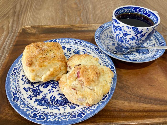 スクロップ コーヒー ロースターズ 青山店のチーズスコーンとチーズベーコンスコーン