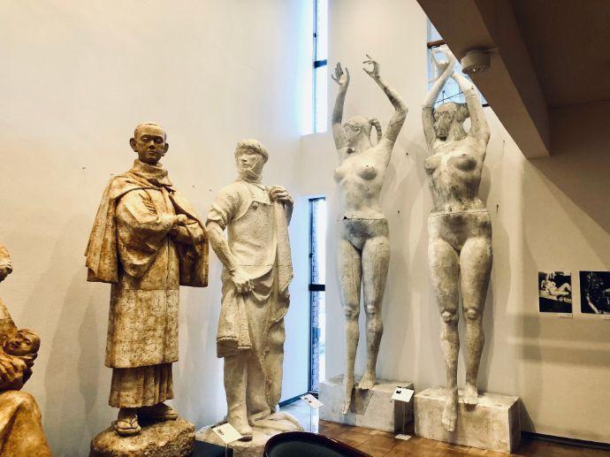 本郷新記念札幌彫刻美術館の彫刻が並んでいる様子