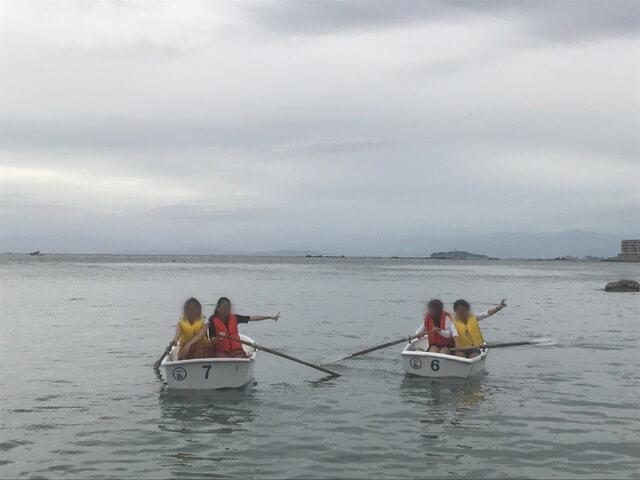 神奈川県三浦郡葉山町の一色海岸でボートを漕いでいる様子