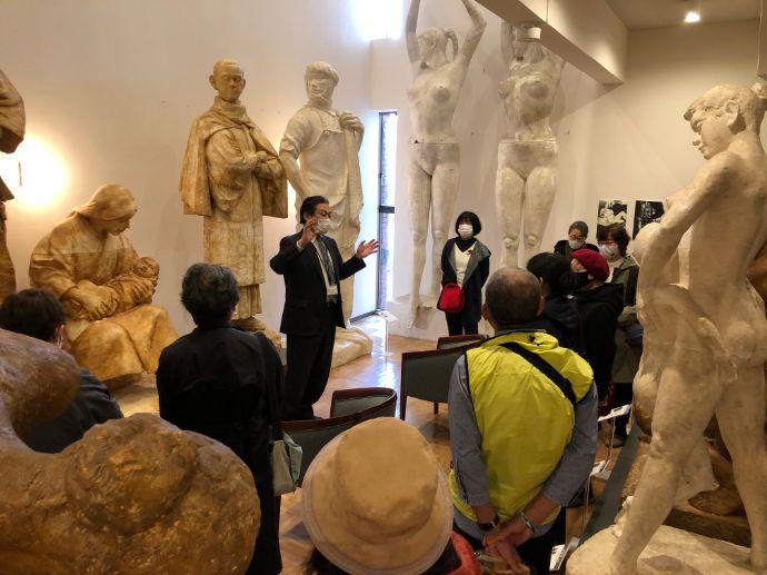 本郷新記念札幌彫刻美術館に集まる人々