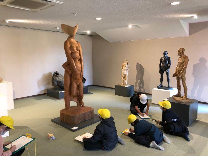 本郷新記念札幌彫刻美術館をスケッチする子どもたち