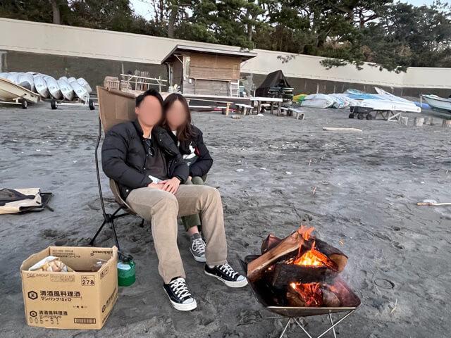 神奈川県三浦郡葉山町にある一色BASEの焚き火セットを使ってバーベキューをしている様子