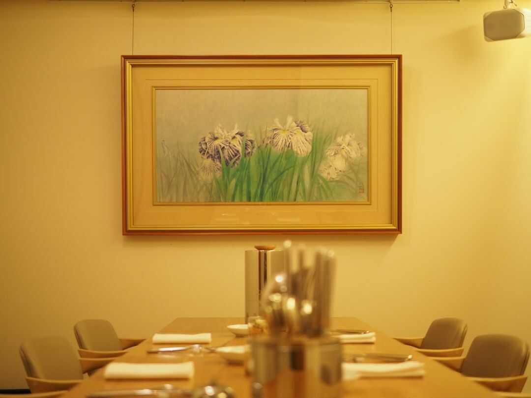 coloursの日本画が飾られた個室