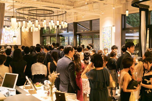 RIDEのレストランウェディングで大人数の挙式をする様子
