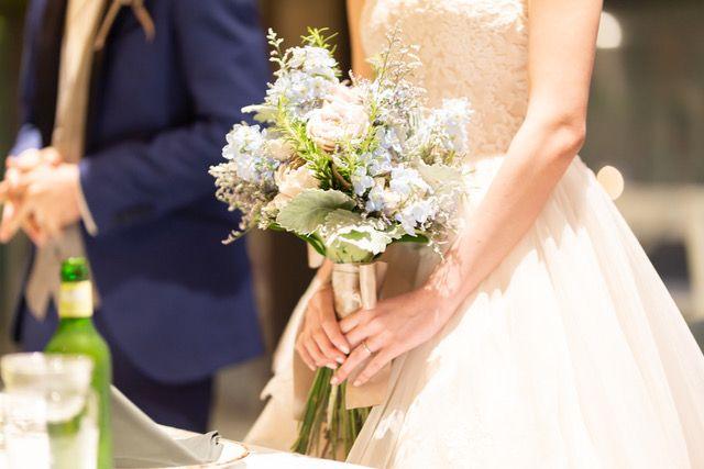 RIDEのレストランウェディングでブーケを持つ花嫁