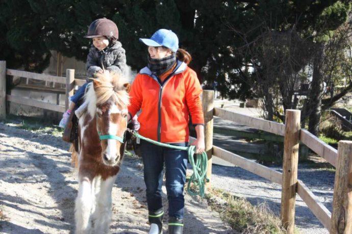 愛知牧場で引き馬体験に参加中の子ども