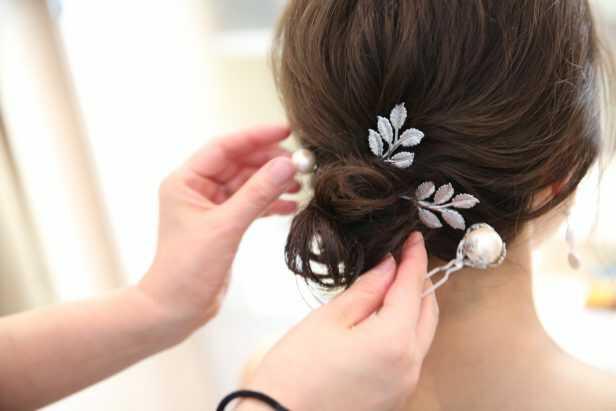 東京都渋谷区にあるaim東京原宿店で花嫁のヘアを仕上げる様子