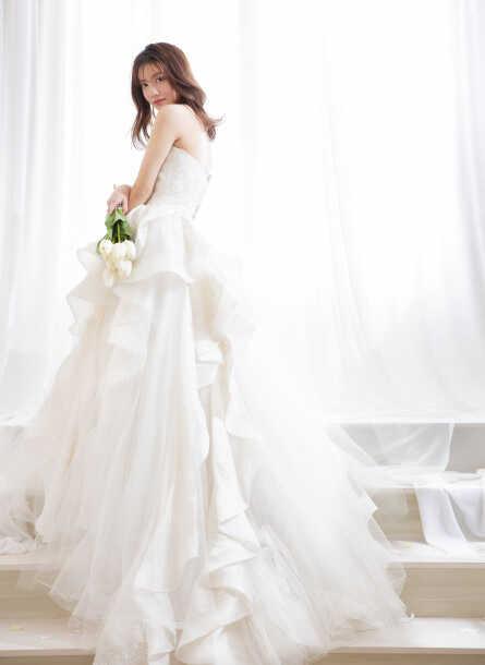 aim東京原宿店で白いウェディングドレスに身を包んだ花嫁の写真