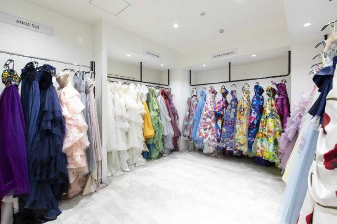 結婚式場アイルバレクラブの衣装部屋にあるカラードレス