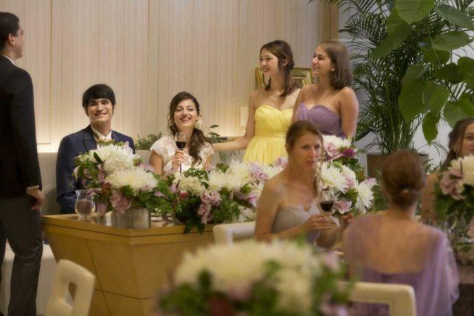 アイルバレクラブでウェディングパーティーをする新郎新婦と参列者