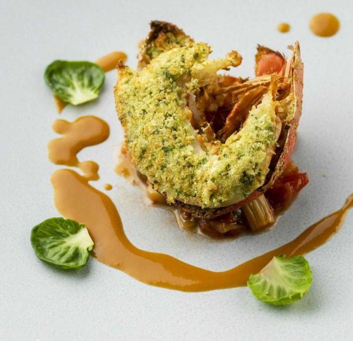 アイルバレクラブ自慢の料理「オマール海老の香草パン粉焼き」