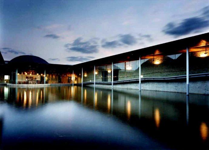 田中一村記念美術館の夜の様子