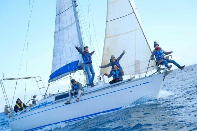 大洗海の大学のヨットクルージングをするグループ