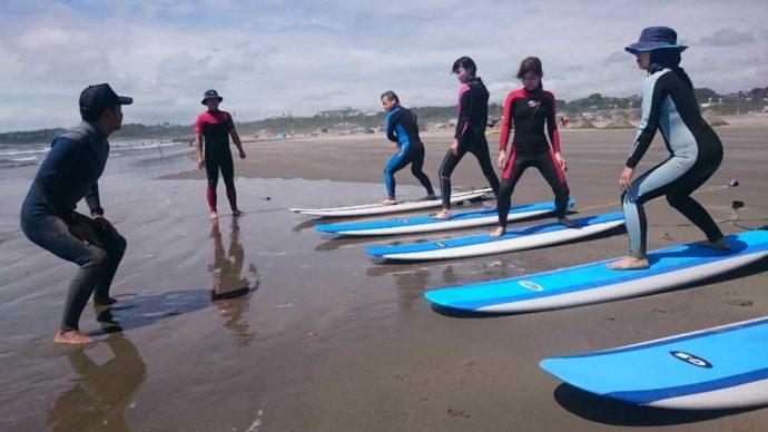 大洗海の大学のサーフィン教室でサーフィンにチャレンジする方々