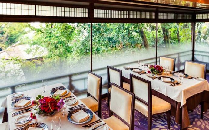 京都府京都市にあるLE UN アカガネリゾート京都東山1925のテーブル