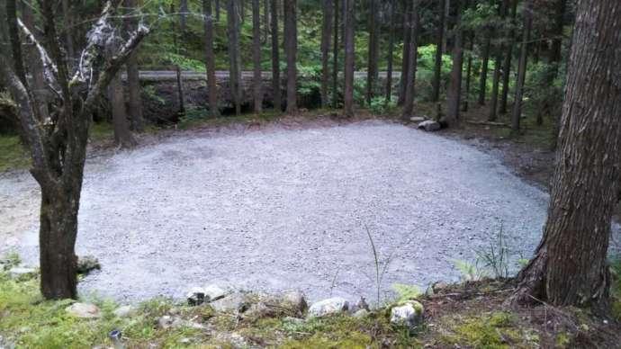 芦見谷芸術の森にある多めの林間サイト