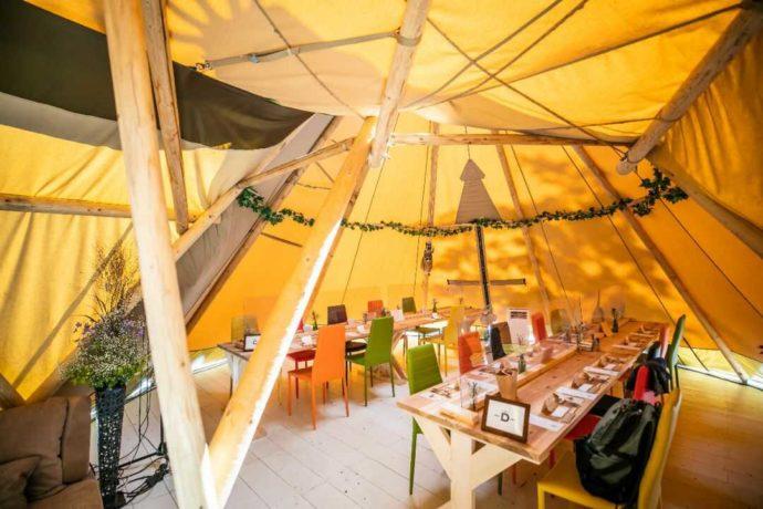 披露宴を行う三連テント