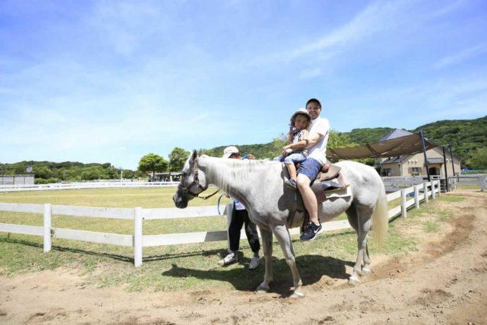 兵庫県南あわじ市にある淡路ファームパーク イングランドの丘で乗馬を楽しむ親子