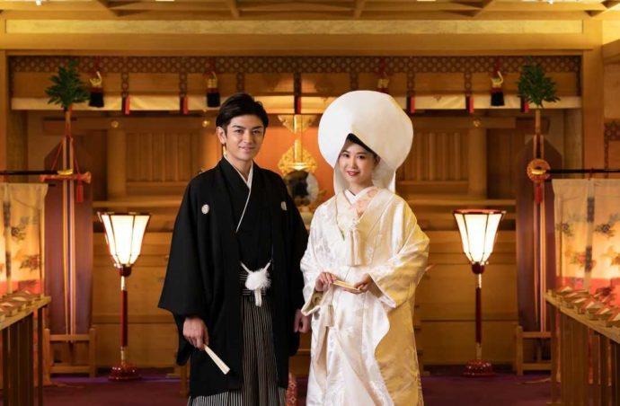 ホテルアウィーナ大阪の神殿で神前式を行う新郎新婦