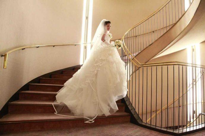 ホテルアウィーナ大阪の螺旋階段で写真を撮る新婦