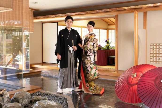 ホテルアウィーナ大阪でロケーションフォトを撮る新郎新婦