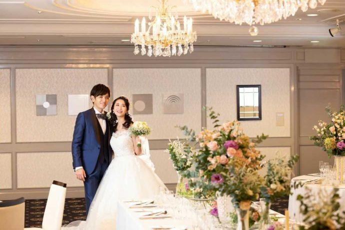 ホテルアウィーナ大阪の披露宴会場に並ぶ新郎新婦