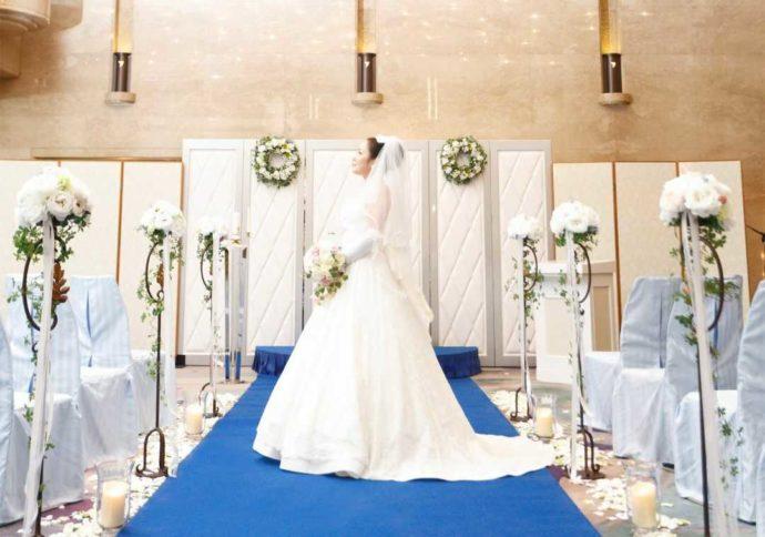 ホテルアウィーナ大阪でロビーウェディングをする花嫁