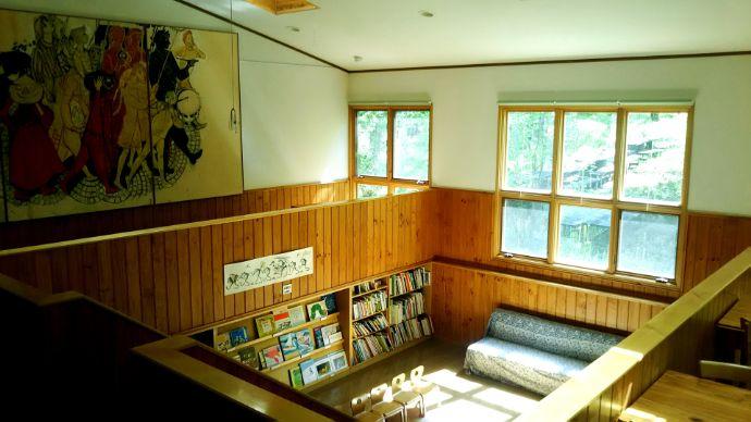八ヶ岳小さな絵本美術館の図書コーナー