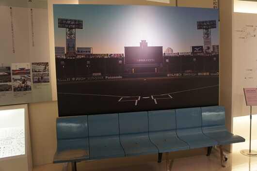 「の・ボールミュージアム」のフォトスポットである甲子園のベンチ