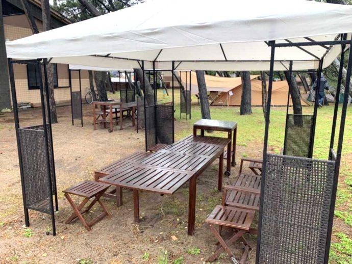 兵庫県豊岡市にある弁天浜キャンプ場のバーベキューサイト・Gazeboのテーブル席
