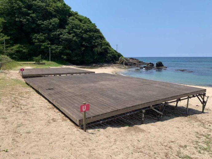 弁天浜キャンプ場にある海が間近のビーチサイドデッキ