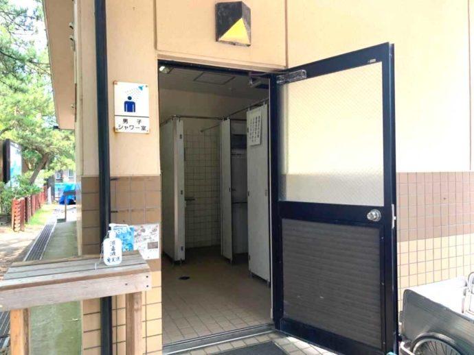 兵庫県豊岡市にある弁天浜キャンプ場の男性用シャワー棟