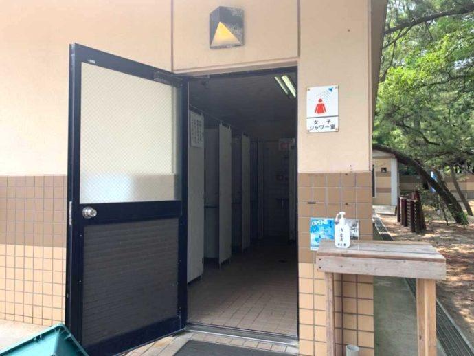 兵庫県豊岡市にある弁天浜キャンプ場の女性シャワー棟
