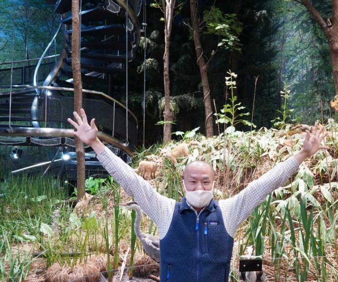 美幌博物館のジオラマ前で写真を撮る学芸員の町田さん