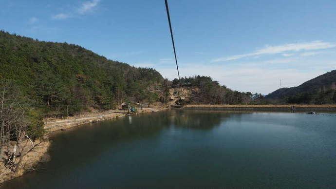 冒険の森のせの水上を走るジップライン