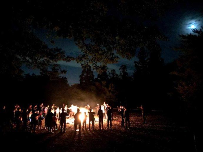 冒険の森のせのキャンプ場でキャンプファイヤーを楽しむ人たち