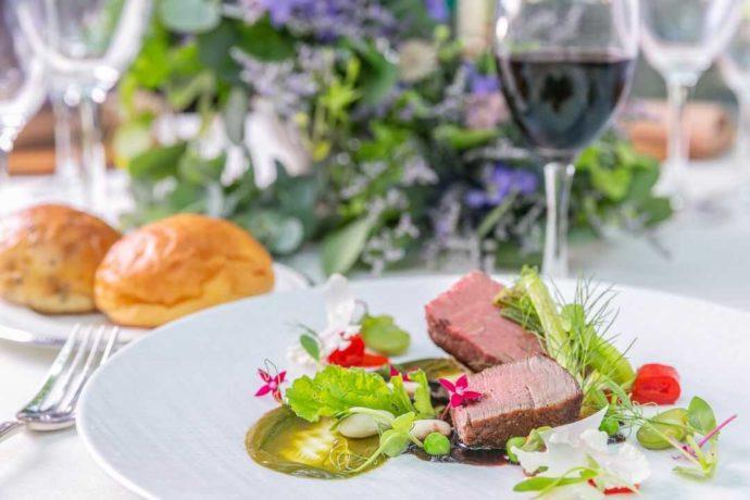 「ぶどうの木ウェディング」の披露宴で提供される肉料理