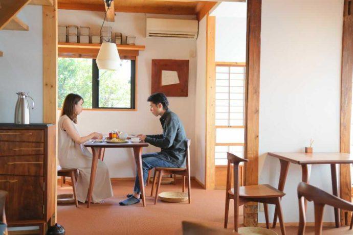 カフェルセット鎌倉の店内でデートを楽しむカップル