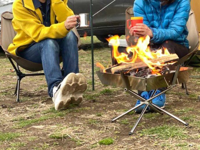 神奈川県南足柄市にあるキャンプ場「キャンピース」で焚き火を楽しむ2人