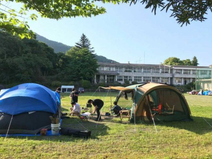廃校の中学校のグラウンドでキャンプができる「キャンピース」