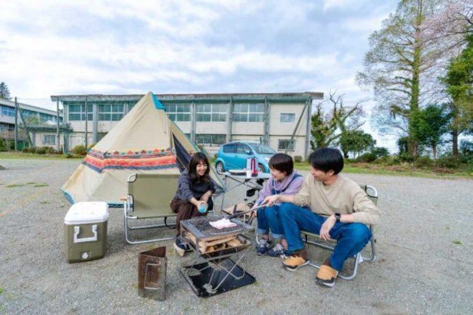 神奈川県南足柄市のキャンプ場でBBQを楽しむ3名